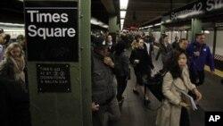 1일 미국 뉴욕 타임스퀘어 지하철역. 허리케인 샌디의 영향으로 중단됐던 지하철 운행이 부분적으로 재개됐다.