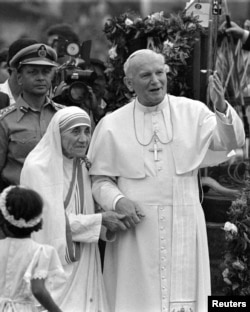 Pope John Paul II holds hands with Mother Teresa after visiting the Casa del Cuore Puro, Mother Teresa's home for the destitute and dying in the eastern Indian city of Calcutta, February 3, 1986. REUTERS