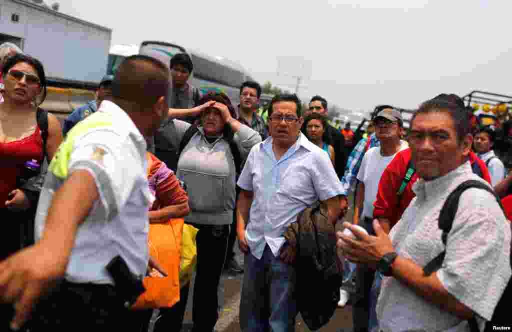 Hành khách bị mắc kẹt gần khu vực bị hư hại sau vụ nổ xe bồn chở xăng, ngày 7/5/2013.