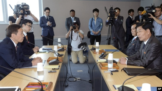 Kim Kiwoong (L), the head of South Korea's working-level delegation, and his North Korean counterpart Park Chol Su (R) attend their meeting at Kaesong Industrial District Management Committee in Kaesong, North Korea, July 15, 2013.