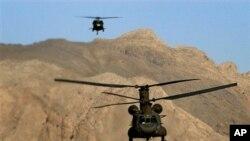 Helikopter AS jenis Chinook yang beroperasi di Afghanistan (foto: dok). Sebuah perusahaan AS mengaku bersalah menjual perangkat keras helikopter tempur jenis Z-10 ke Tiongkok.