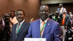Raila Odinga, afise ikarata yo gutora, ari kumwe na vice president Kalonzo Musyoka, I Nairobi, muri Kenya kw'igenekerezo rya 30 ry'ukwezi kwa mbere, umwaka w'2013.