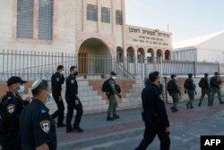 Polisi Israel meninggalkan sekolah Talmud Yahudi di kota Ashdod, Israel, yang melanggar aturan lockdown, 22 Januari 2021.