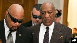 Aktor Bill Cosby (kanan) saat tiba di kantor pengadilan Norristown, Pennsylvania, 3 Februari lalu (foto: dok).