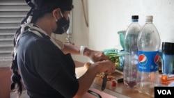 Leidi Corobo, venezolana madre de nueve hijos, colabora en un comedor público, en el oeste de Caracas, en agosto de 2021. [Foto: VOA/Adriana Nuñez Rabascall]