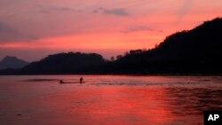 လာအိုႏုိင္ငံ၊ Luang Prabang ေဒသကို ျဖတ္စီးေနသည့္ မဲေခါင္ျမစ္ျမင္ကြင္း တစိတ္တပိုင္း။ မတ္ ၄၊ ၂၀၁၁။