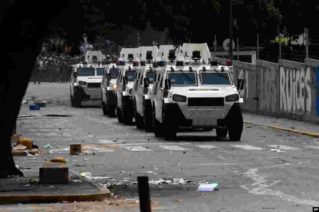 Vehículos blindados de la guardia nacional llegan al lugar de las manifestaciones.
