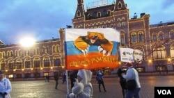 俄罗斯吞并克里米亚后,今年3月莫斯科红场庆祝集会结束后的普京支持者。(美国之音白桦拍摄)