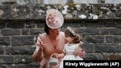 Kate, Duchess of Cambridge berbicara kepada Putri Charlotte setelah pernikahan Pippa Middleton dan James Matthews di Gereja St Mark di Englefield, Inggris Sabtu, 20 Mei 2017. (Foto: AP/Kirsty Wigglesworth)