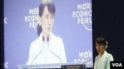 缅甸反对派领导人昂山素季2012年 6月1日在泰国曼谷举行的世界经济论坛东亚问题的会议中发表谈话