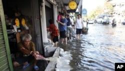 洪水10月24日已流入曼谷的街道