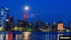 Емпайр Стейт Білдінг світиться червоним на знак солідарності із хворими на COVID-19, 8 квітня 2020
