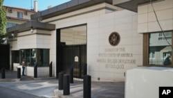 فائرنگ کے واقعے کے بعد انقرہ میں امریکی سفارت خانے کے باہر ایک سکیورٹی گارڈ تعینات ہے۔
