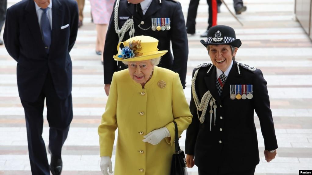 Ratu Inggris Elizabeth berjalan bersama Komisioner Polisi Metropolitan Cressida Dick tiba di gedung markas Kepolisian Metropolitan yang baru di pusat London, Inggris, 13 Juli 2017.