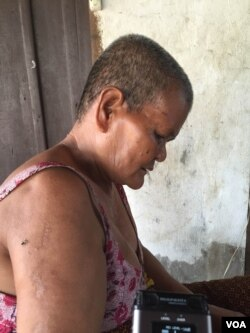 Ek Tap, 64, mother of Oeuth Ang, the suspect who is accused of killing political analyst Kem Ley, speaks with VOA Khmer in her daughter's home in Krabei Riel commune, Siem Reap city, Cambodia. (P. Bopha/VOA)