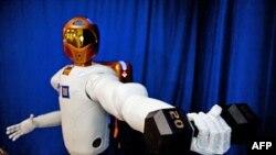 Robonaut 2 đội mũ bảo hiểm rất đẹp, có 2 cánh tay, bàn tay, và ngón tay có thể hoạt động y như bàn tay con người