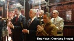 Bộ trưởng Quốc phòng Mỹ (giữa) dâng hương tại chùa Trấn Quốc hôm 25/1. (Ảnh chụp màn hình ZingNews)