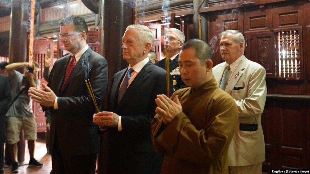 Ông Mattis dâng hương chùa Trấn Quốc trong lần thăm Việt Nam hồi đầu năm 2018.