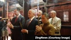 Bộ Trưởng Mattis thắp nhang tại chùa Trấn Quốc, Hà Nội.