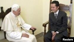Según el Vaticano, se trató de un gesto paterno hacia una persona con la que el Papa compartió durante años un ambiente de familia.