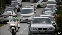 Chiếc xe ở giữa được cho là chở cựu Thủ tướng Najib Razak rời nhà riêng hôm 18/5
