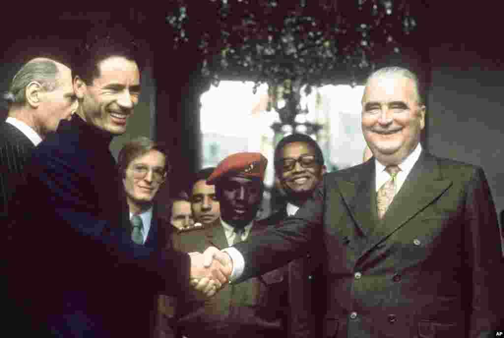 卡扎菲1973年訪問法國時與法國總統篷皮杜握手。 (法新社)