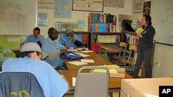 苏克扬·李教授正在圣昆廷监狱大学授课