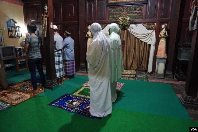 Ibu Shinta (mukena hijau) dan waria lainnya melaksanakan shalat maghrib di Pesantren al-Fatah di Yogyakarta. (K. Varagur/VOA)