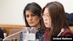 지난해 12월 뉴욕 유엔본부에서 열린 북한 인권 행사에서 니키 헤일리 유엔주재 미국대사(왼쪽)가 탈북자 지현아 씨의 증언을 듣고 있다.