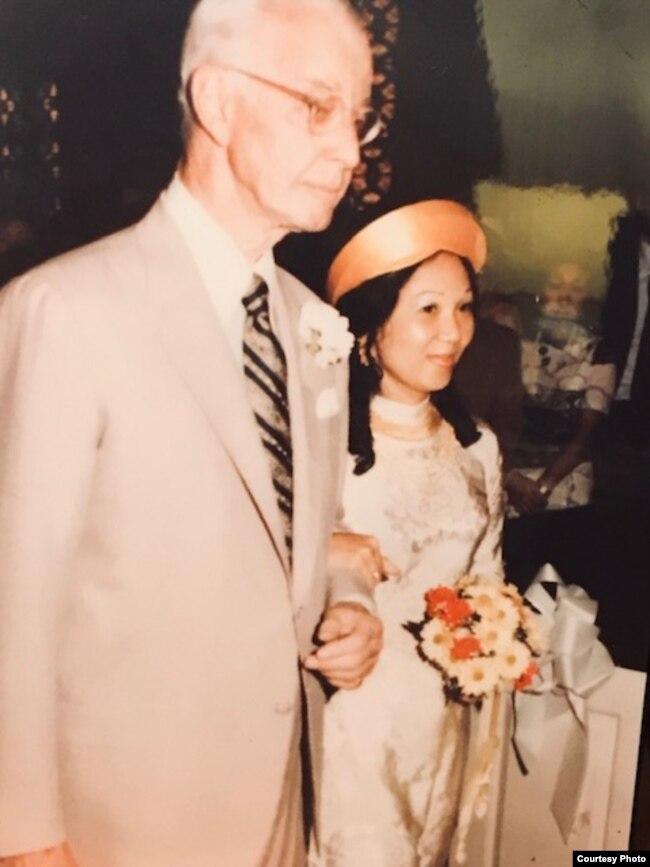 Cựu đại sứ Mỹ tại Nam Việt Nam, Ellsworth Bunker, và cô dâu Jackie Bông tại lễ cưới Jackie Bông và Lacy Wright, Washington, 1976.