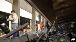 2013年1月31日消防队员在墨西哥国家石油公司的墨西哥城总部爆炸现场寻找幸存者