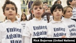 کودکان با شعار «اتحاد علیه بیان نفرتانگیز، در جلسه ویژه دبیرکل سازمان ملل