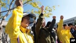 Keluarga korban kapal feri Sewol dan para pendukung mereka meneriakkan slogan, dan menuntut hukuman maksimal bagi nahkoda dan kru kapal tersebut, saat berlangsungnya sidang di pengadilan Gwangju, Korea Selatan (27/10).