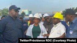 Président Félix Tshisekedi (1e G) akiti na chantier moko ya OVD pene na DG ya OVD Benjami Wenga na Kinshasa, RDC, 13 février 2020. (Twitter/Président RDC)