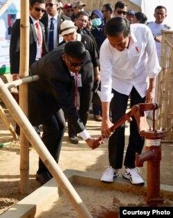 Presiden Joko Widodo melihat kondisi sanitasi air bersih di kamp pengungsian etnis Rohingya Jamtoli di Coxs Bazar Bangladesh Minggu 28 Januari 2018. (Foto: Setpres RI)