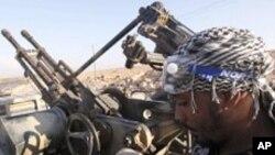 바니 왈리드 부근에서 코란을 읽고 있는 반 가다피 군