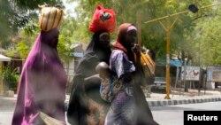 Mata suna kokarin ketare hanya bayan an ayana dokar ta baci a Maiduguri.