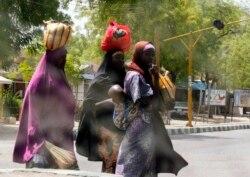 Uwargidan Gwamnan Borno Ta Bayarda Abinci Da Tufafi Ga Marayu Da Mata - 3:35