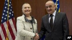 30일 보스니아 주재 미국대사관에서 회담한 힐러리 클린턴 미 국무장관(왼쪽)과 베코스라브 베반다 보스니아 총리.