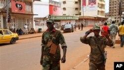 Wapiganaji wa kundi la waasi la Seleke wapiga doria kati kati ya mji mkuu wa Bangui. March 27, 2013.