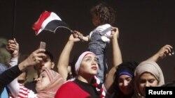 Des manifestants anti-Morsi célébrant sur la place Tahrir