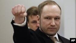 El extremista noruego Anders Behring Breivik levanta el puño al llegar a la Corte.