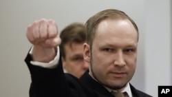 Anders Behring Breivik saat tiba di pengadilan Oslo, Norwegia (16/4). Breivik mengatakan tindakannya dilakukan untuk membela diri.