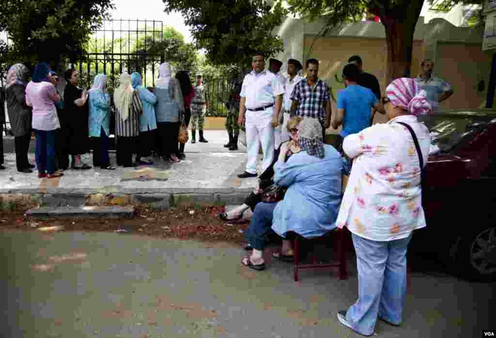 Voters wait in line outside of a polling station in central Cairo, Egypt, June 16, 2012. (Y. Weeks/VOA)