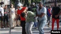Havana'da sivil polisler tarafından tutuklanan bir gösterici
