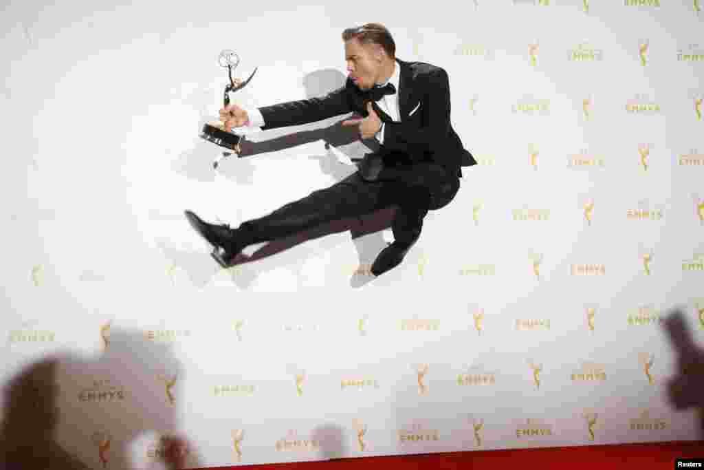 លោក Derek Hough សម្តែងជាមួយពានរង្វាន់ក្បាច់រាំដ៏លេចធ្លោរបស់លោកសម្រាប់រឿង «រាំជាមួយនឹងតារា» ឬជាភាសាអង់គ្លេសថា Dancing with the Stars ដែលលោកបានឈ្នះជាមួយនឹងនាង Julianne Hough និងនាង Tessandra Chavez នៅក្នុងពានរង្វាន់ 2015 Creative Arts Emmy Awards នៅក្នុងក្រុង Los Angeles រដ្ឋ California កាលពីថ្ងៃទី១២ ខែកញ្ញា ឆ្នាំ២០១៥។