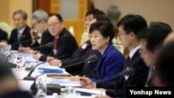 박근혜 한국 대통령(가운데)이 16일 청와대에서 열린 통일준비위원회 위원장단 집중토론회의에서 인사말을 하고 있다.