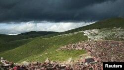 在中國四川省甘孜藏族自治州色達縣境內的喇榮五明佛學院的房舍(2013年7月23日)