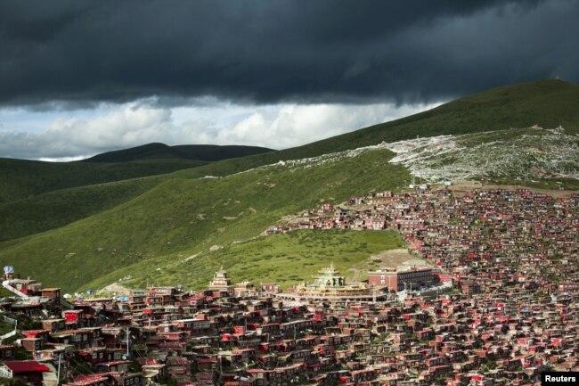 在中国四川省甘孜藏族自治州色达县境内的喇荣五明佛学院的房舍(2013年7月23日)