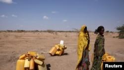صومالیہ کے خشک سالی سے متاثرہ علاقے میں عورتیں پانی کی تلاش میں۔ فروری 2017